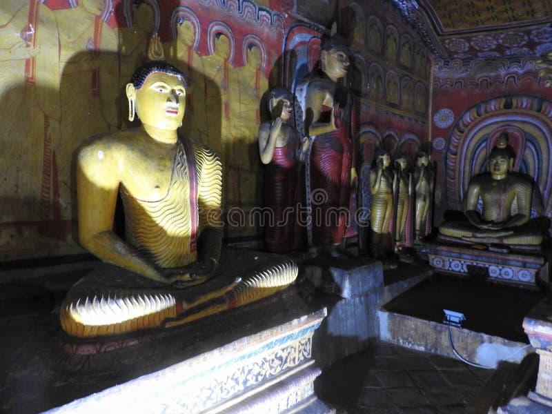 Den guld- templet av Dambulla ?r v?rldsarvet och har en slutsumma av en slutsumma av 153 Buddhastatyer, tre statyer av srilankesi arkivbild