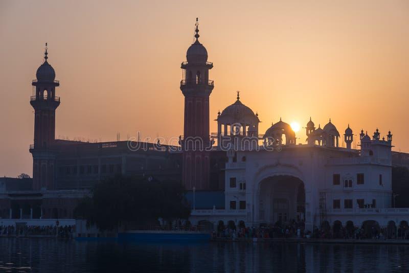 Den guld- templet på Amritsar, Punjab, Indien, den mest sakrala symbolen och dyrkanstället av den sikh- religionen Solnedgången t fotografering för bildbyråer