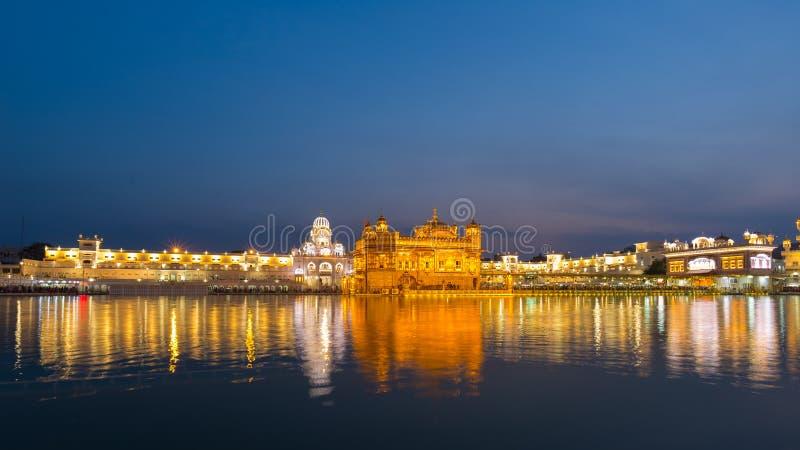 Den guld- templet på Amritsar, Punjab, Indien, den mest sakrala symbolen och dyrkanstället av den sikh- religionen Upplyst i natt arkivfoto