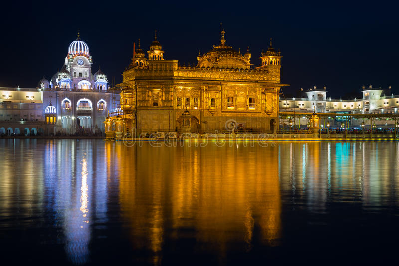 Den guld- templet på Amritsar, Punjab, Indien, den mest sakrala symbolen och dyrkanstället av den sikh- religionen Upplyst i natt royaltyfri foto