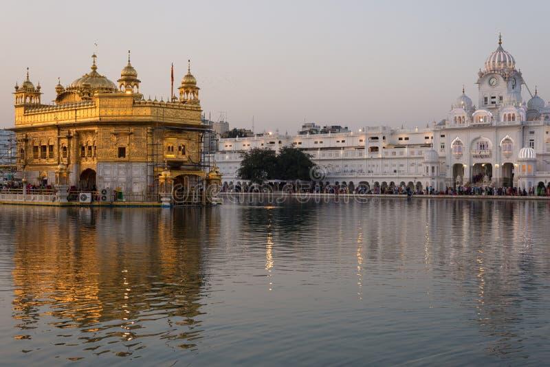 Den guld- templet på Amritsar, Punjab, Indien, den mest sakrala symbolen och dyrkanstället av den sikh- religionen Solnedgångljus arkivfoto