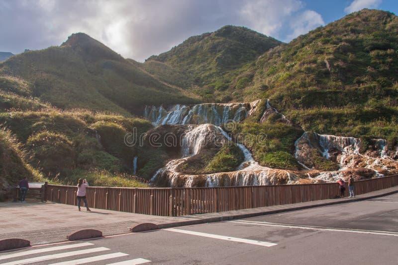 Den guld- vattenfallet är en av den mest härliga vattenfallet i Taiwan fotografering för bildbyråer
