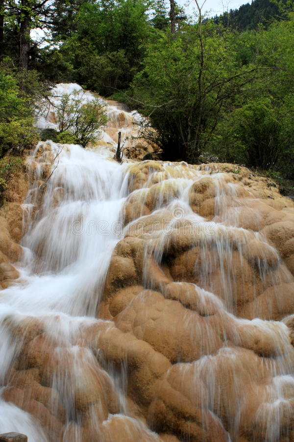 Download Den guld- vattenfallet arkivfoto. Bild av naturligt, stort - 27278752
