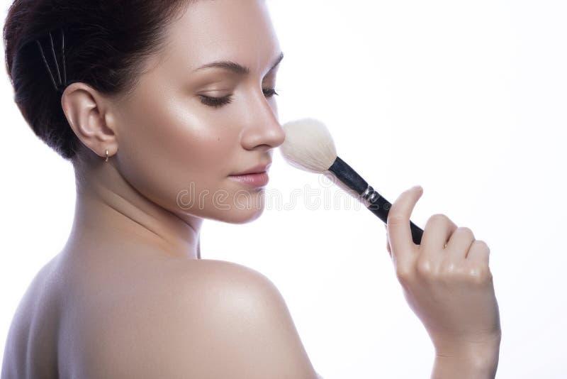 Den gulliga brunettkvinnan med naturligt utgör Ren prickfri ny hud Nära övre skönhetbegrepp av skincare Hon rymmer utgör borsten fotografering för bildbyråer