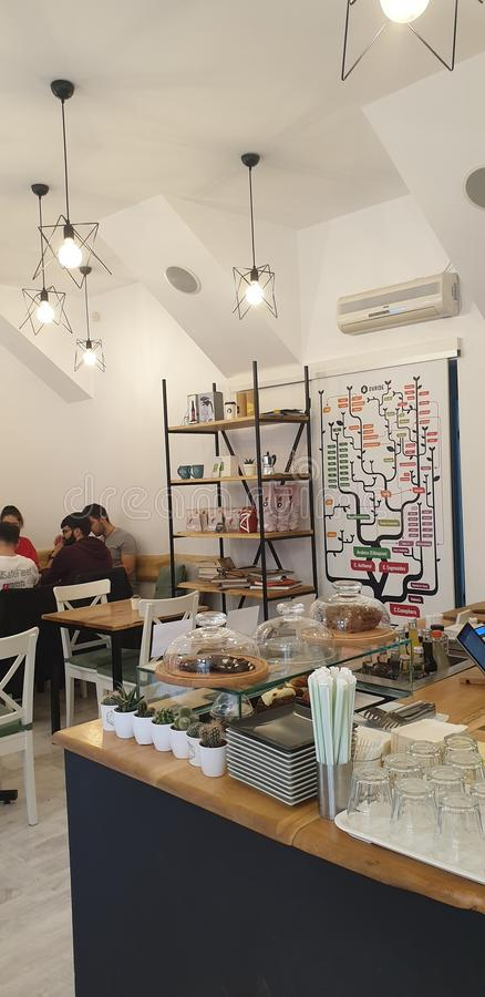 Den gulliga coffee shop i Timisoara Rumänien hemtrevliga hyggeefterrätter svamlar och stora caffeinated drinkar royaltyfri bild