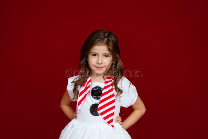 Den gulliga flickan krullade hårsnögubbedräkten royaltyfri foto