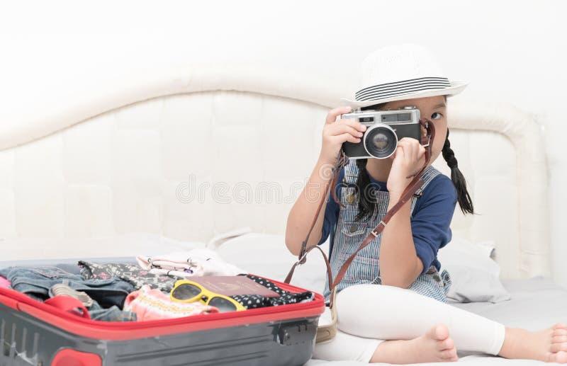 Den gulliga flickan tar bilder från tappningkamera royaltyfria foton