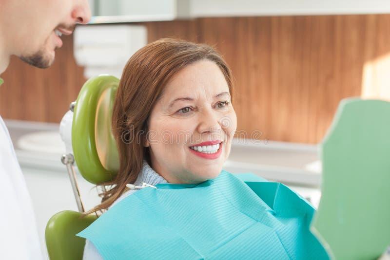 Den gulliga gamla damen besöker den tand- doktorn royaltyfri foto