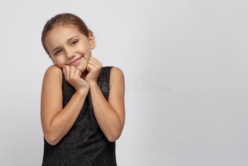 Den gulliga härliga flickababen som var lycklig att få gåvan som, hon hade drömt om all hennes barndom, kunde inte tro henne ögon royaltyfri foto