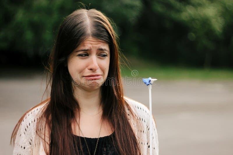 den gulliga ledsna kvinnan som ser bankade blått, sväller med skriande emotio royaltyfri fotografi