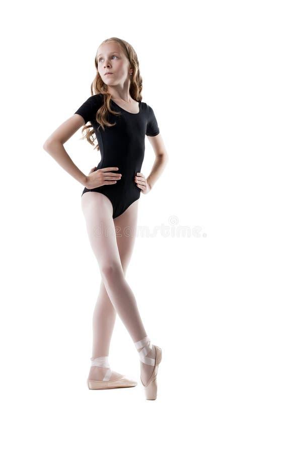 Den gulliga lilla ballerina värmer upp, isolerat på vit arkivfoton