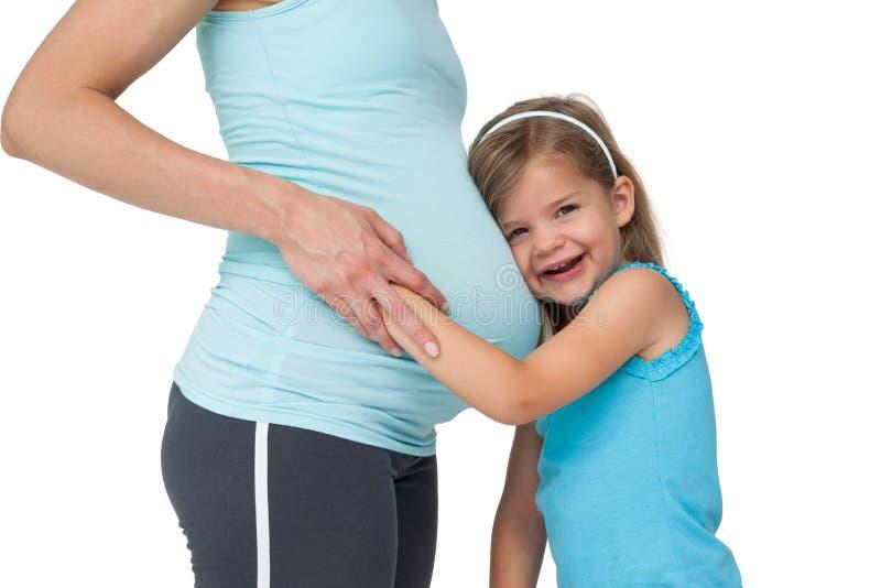 Den Gulliga Lilla Flickan Som Lyssnar Till Hennes Mödrar