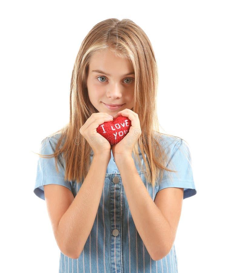 Den gulliga lilla flickan som rymmer röd hjärta med text ÄLSKAR JAG, DIG på vit bakgrund arkivbilder