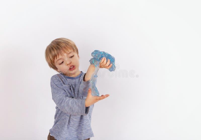 Den gulliga lilla pojken som spelar med, blänker slam arkivbilder
