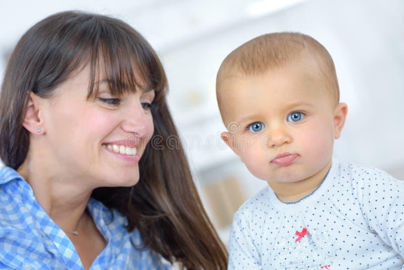 Den gulliga lyckliga familjmodern och behandla som ett barn fotografering för bildbyråer