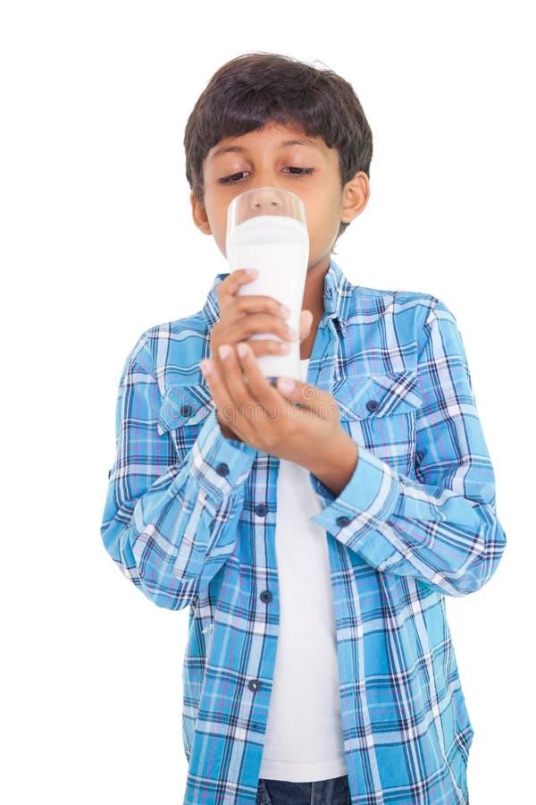 Den gulliga pojken som dricker exponeringsglas av, mjölkar arkivfoton
