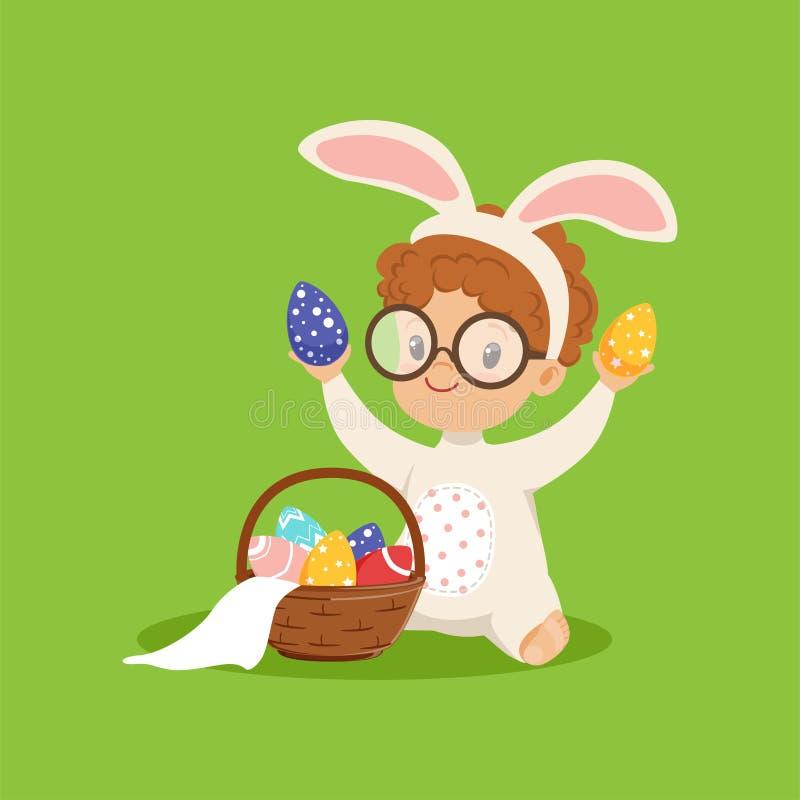 Den gulliga pysen med kaninöron och kanin kostymerar att spela med korgen med målade ägg, ungen som har gyckel på påskägget stock illustrationer