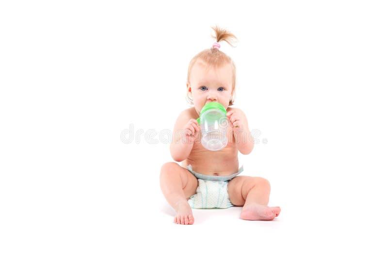 Den gulliga skönhetlilla flickan med behandla som ett barn flaskan fotografering för bildbyråer