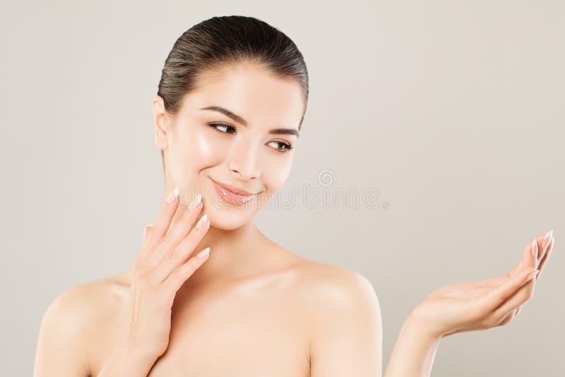 Den gulliga Spa modellen Woman med sund hud och tömmer den öppna handen royaltyfri foto