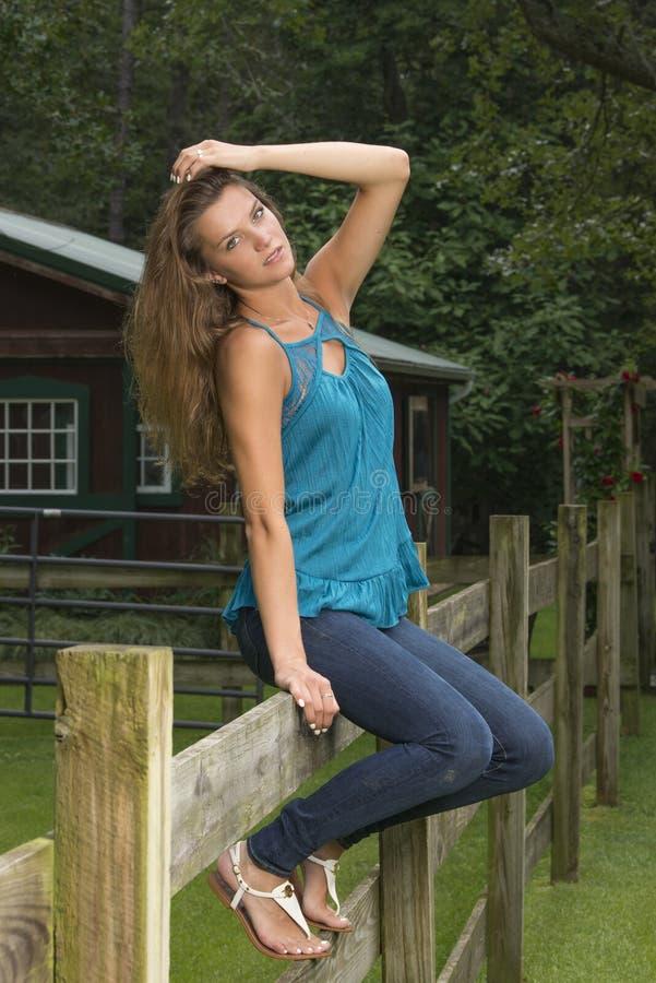 Den gulliga tonåriga flickan poserar på lantgård royaltyfria foton