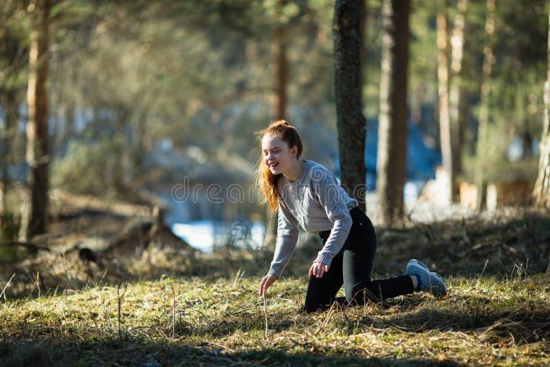 Den gulliga tonåriga flickan som omkring bedrar i sommar, parkerar Natur arkivbilder