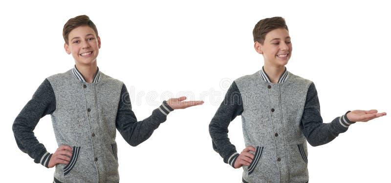 Den gulliga tonåringpojken i grå tröja över vit isolerade bakgrund arkivfoton