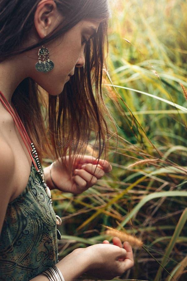 Den gulliga unga flickan med fräknar stänger sig upp ståenden utomhus fotografering för bildbyråer