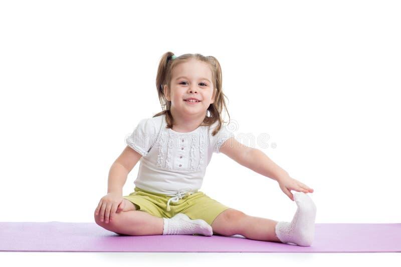 Den gulliga ungelilla flickan går in för sportar på en vit bakgrund royaltyfri bild