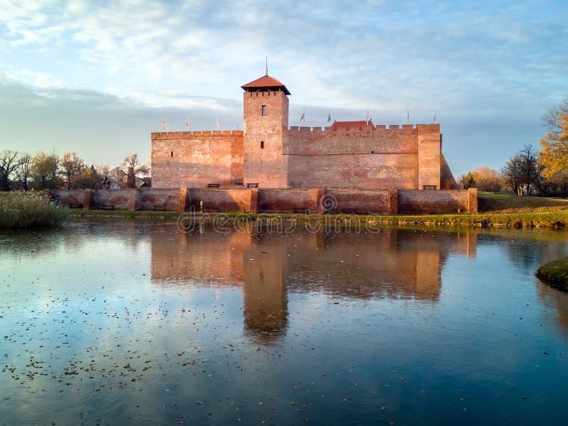Den Gyula fästningen, Ungern, enda återstå tegelsten-byggde den medeltida fästningen Panoramautsikt från över en scenisk sjö, i h arkivbild