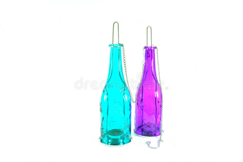 Den hängande lampan som gjordes av, färgade en glasflaska Vit isolerad bakgrund royaltyfri fotografi