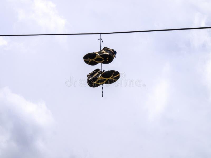 den hängande linjen ström shoes tennis arkivfoto