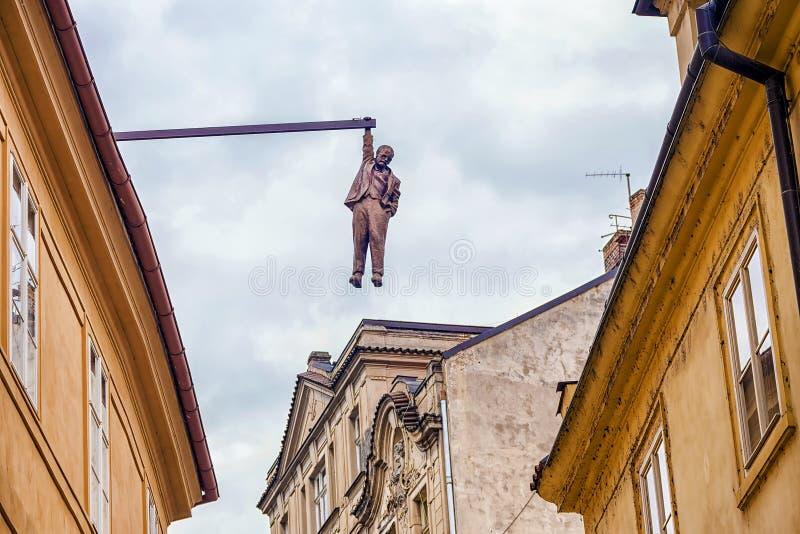 Den hängande mannen för skulptur i Prague royaltyfria bilder