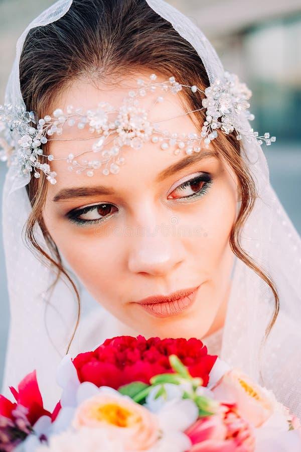 Den härliga östliga stilbruden med vit skyler och löshåren royaltyfria foton