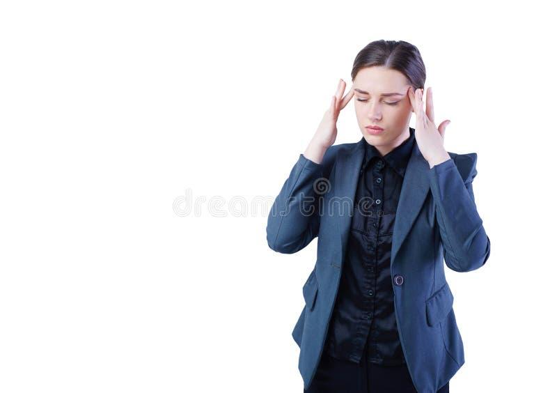 Den härliga affärskvinnan har en huvudvärk, ett högt blodtryck eller en migrän Hon rymmer hennes huvud och masserar hennes tempel arkivbilder