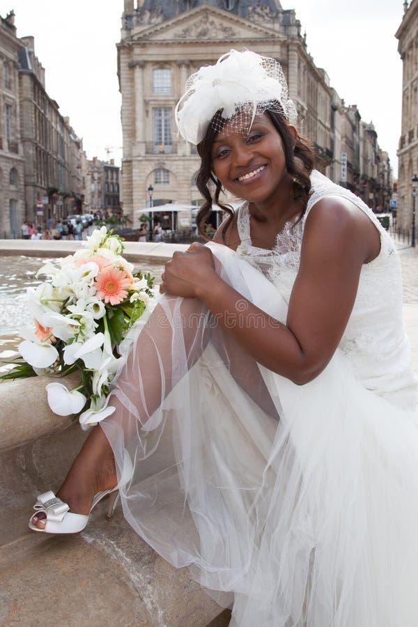 Den härliga afrikansk amerikanbrudståenden med skyler över hennes framsida royaltyfri bild