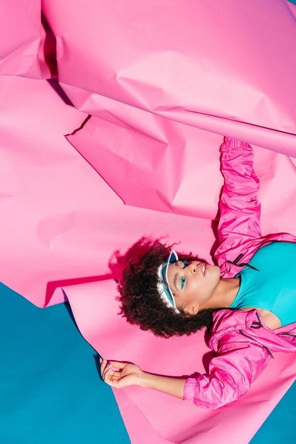 den härliga afrikansk amerikanmodellen som poserar med rosa färger, skyler över brister för modefors arkivbilder