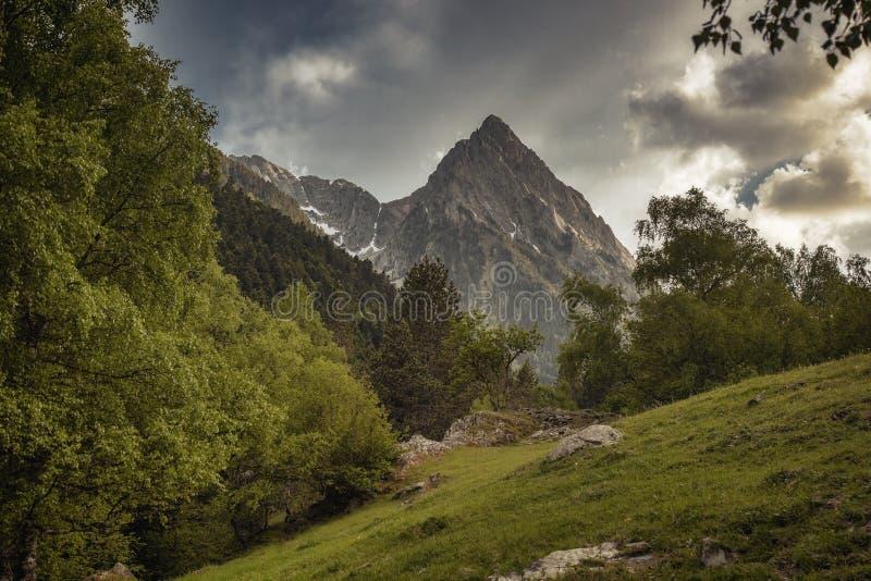 Den härliga Aigüestortes I Estany de Sant Maurici nationalparken av det spanska Pyrenees berget i Catalonia royaltyfri foto