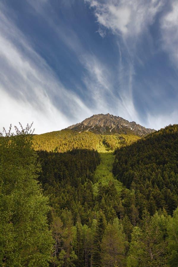 Den härliga Aigüestortes I Estany de Sant Maurici nationalparken av det spanska Pyrenees berget i Catalonia fotografering för bildbyråer