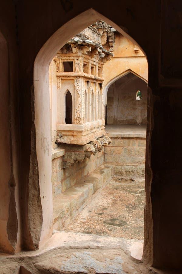 Den härliga arkitekturen av drottnings bad i Hampi royaltyfri bild