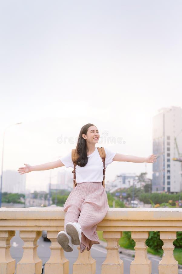 Den härliga asiatiska flickan har en vila utomhus arkivbilder