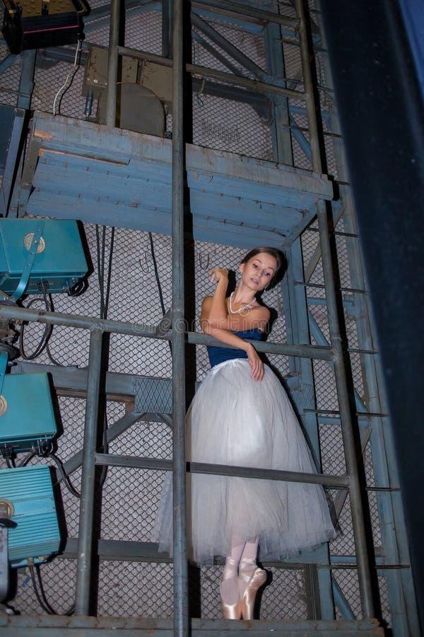 Den härliga ballerina som poserar i lång vit kjol fotografering för bildbyråer