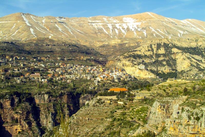 Den härliga bergstaden av Bcharre i Libanon royaltyfri bild