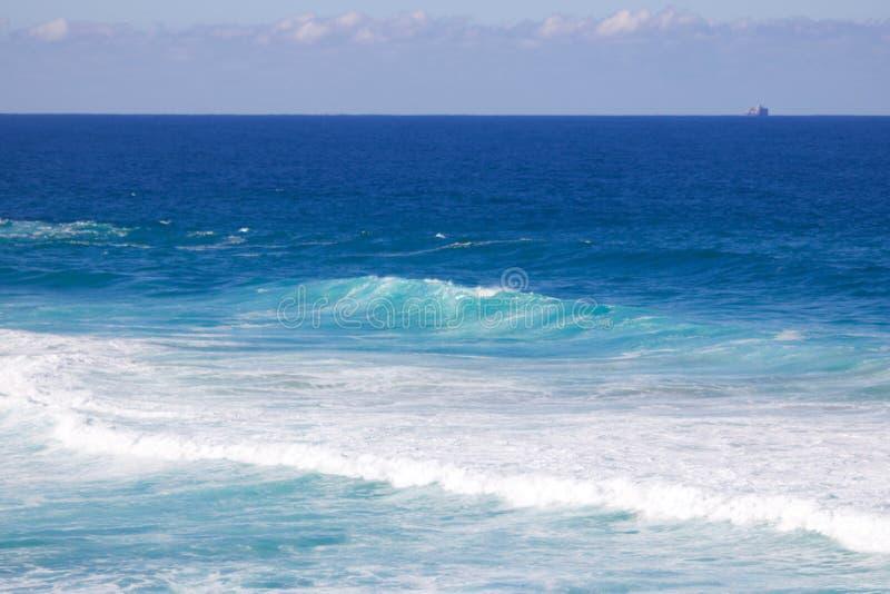 Den härliga bilden av det turkosblåa havet och tvättar sig skapat av vågor fotografering för bildbyråer