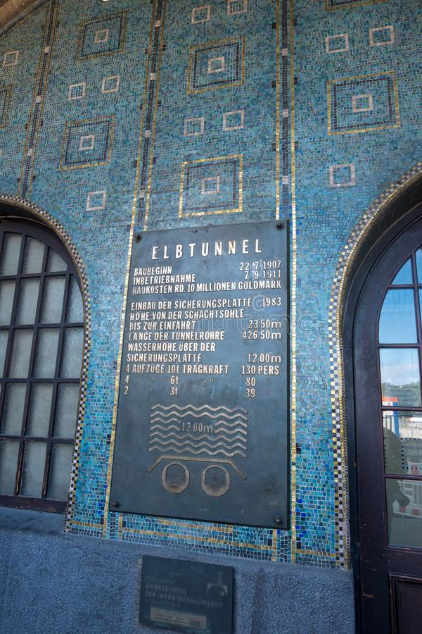 Den härliga blåa och guld- mosaiktegelplattan av ingångsvägen i den StPauli Elbe tunnelen under Elbe River i Hamburg, Tyskland arkivfoto