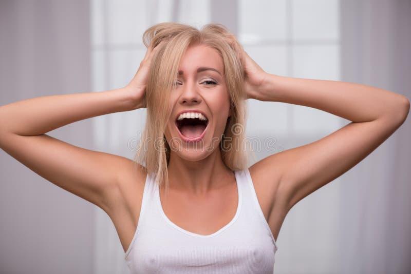 Den härliga blonda flickan uttrycker olika sinnesrörelser arkivbild
