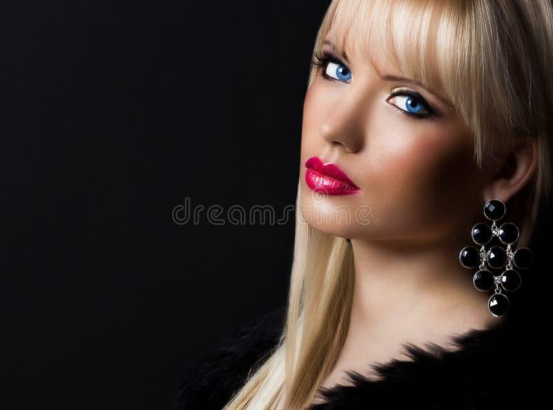 Ståenden av den härliga blonda kvinnan med görar perfekt makeup arkivfoton