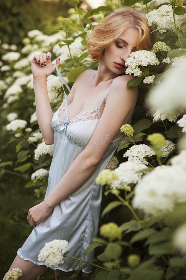 Den härliga blonda kvinnan med lockigt kort guppar frisyren som är delikat royaltyfri fotografi