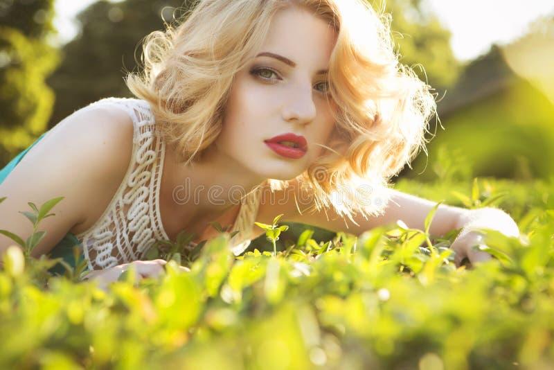 Den härliga blonda kvinnan med lockigt kort guppar frisyren som är delikat royaltyfria bilder