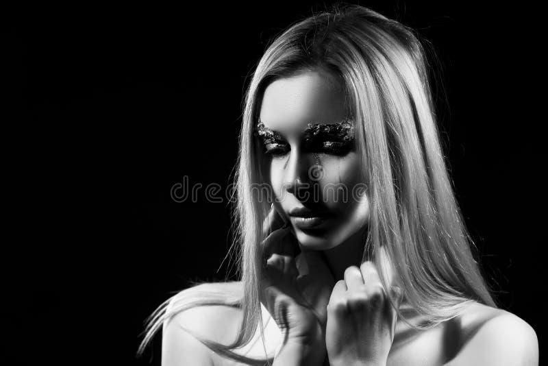 Den härliga blondinen är att gråta som täcker hennes topless stora bröst med hennes händer Revor p? henne framsida Avantgardemake fotografering för bildbyråer