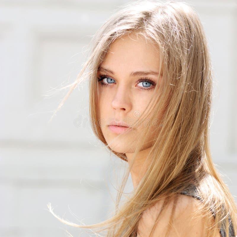 den härliga blondinen eyes barn för kvinna för fokusstående slappt arkivfoto